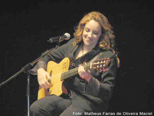 Ana Carolina e o violão, inseparáveis.