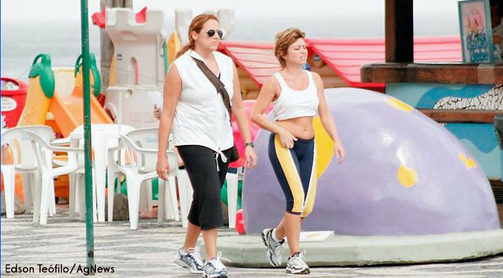 Ana Carolina e Naná caminhando na praia do Leblon/RJ