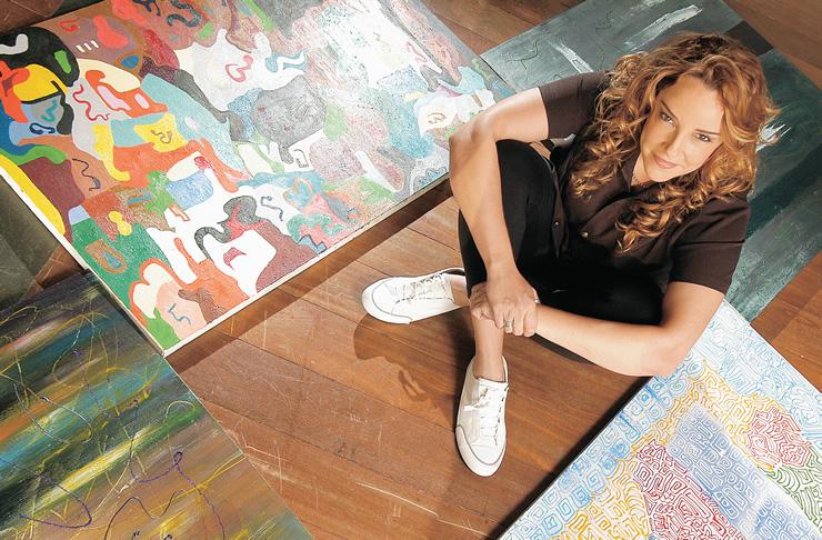 A cantora e suas criações em sua sala de pintura