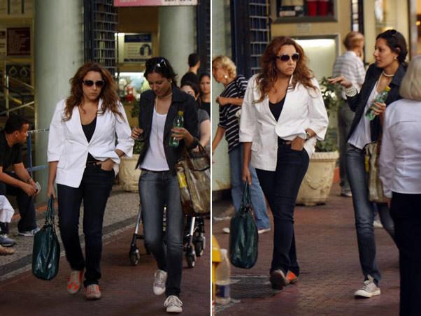 Ana Carolina passeia pelas ruas de Ipanema com uma amiga.